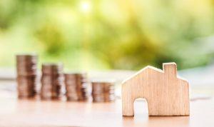Holzhaus mit Geld